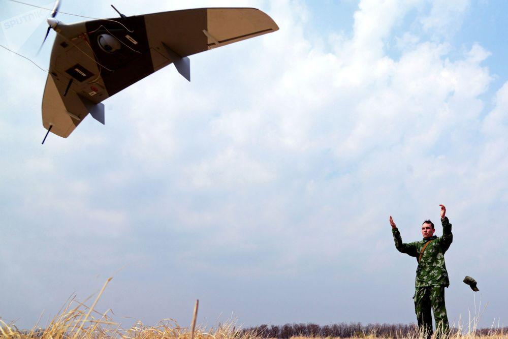 Militar de tropas de reconhecimento do Distrito Militar Oriental lança drone no decurso de manobras na região de Khabarovsk, 2017