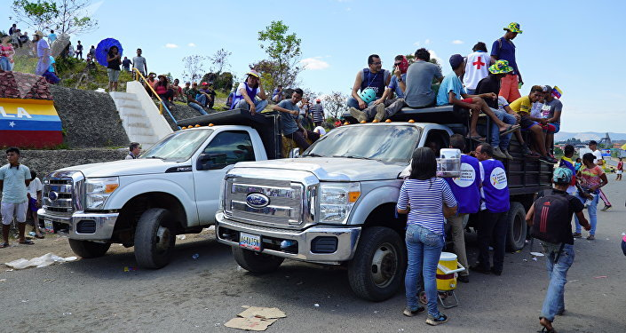 Caminhões venezuelanos com ajuda humanitária brasileira aguardando permissão na fronteira entre Pacaraima (Roraima) e Santa Elena de Uairén (Bolívar) para entrar na Venezuela (arquivo)