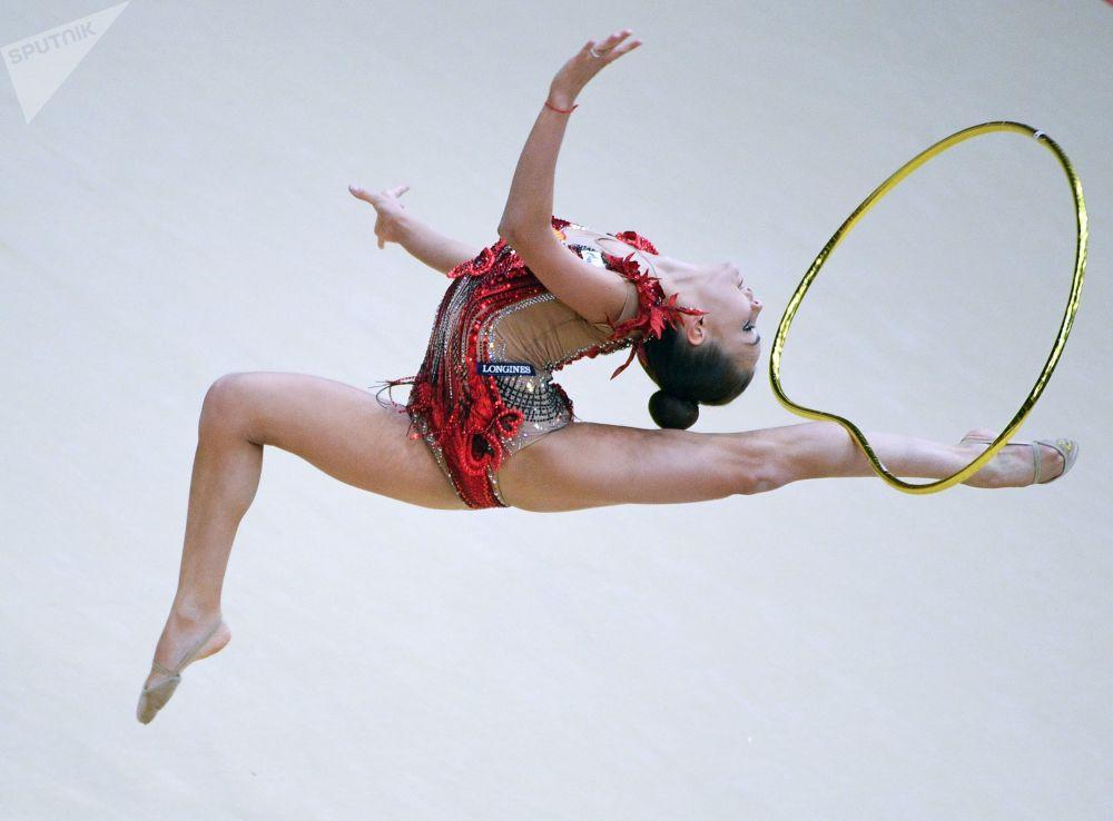 Ginasta russa Dina Averina executa exercícios com arco na final do programa individual de ginástica rítmica no Grand Prix de Moscou