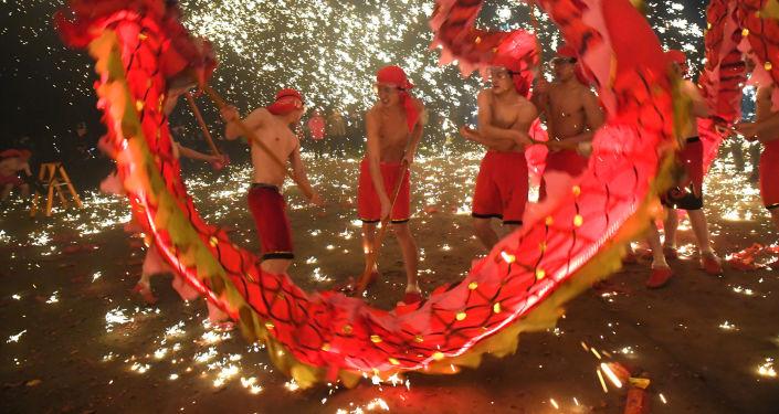 Artistas populares realizam dança do dragão durante o Festival de Lanternas na cidade chinesa de Anshan
