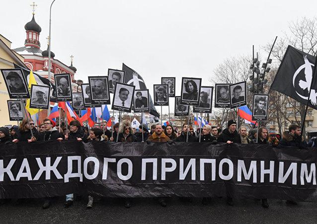 Marcha autorizada relembra morte do opositor russo Boris Nemtsov em Moscou.