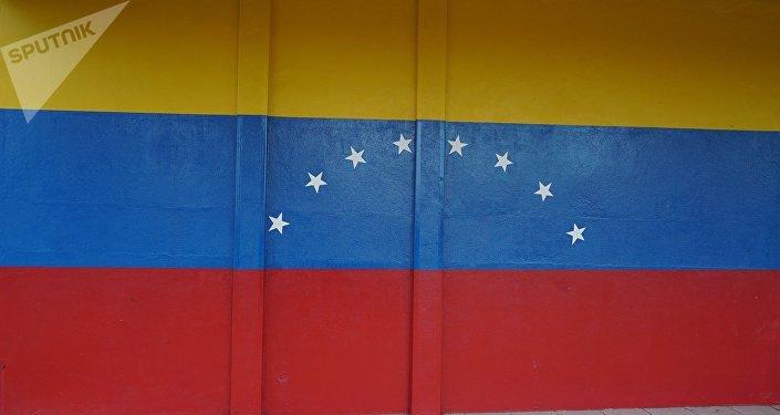 Parede pintada com as cores da bandeira da Venezuela em um estabelecimento da cidade brasileira de Pacaraima, perto da fronteira entre os dois países