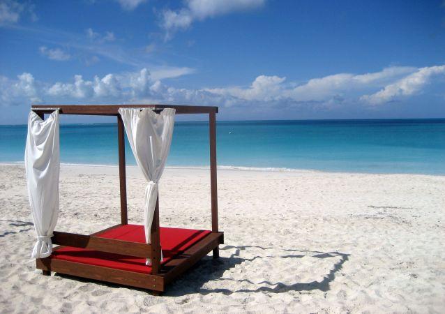 Praia de Grace Bay, situa-se no arquipélago de Turks e Caicos, no Caribe