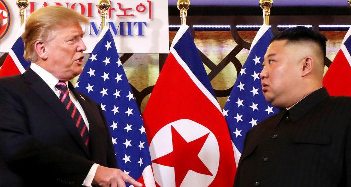 O presidente dos EUA Donald Trump fala com o líder norte-coreano Kim Jong-un depois de os dois líderes apertarem as mãos durante sua segunda reunião, em Hanói