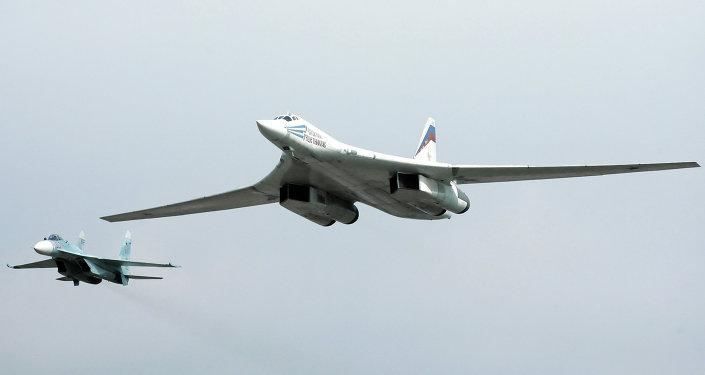 Bombardeiro Tu-160 é escoltado por um caça Su-27 em um voo de treinamento da Força Aérea da Rússia
