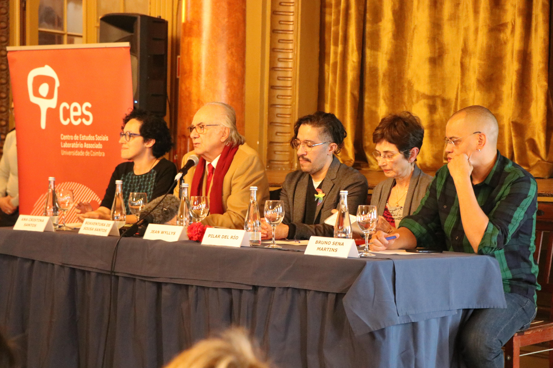 Jean Wyllys participa de uma mesa ao lado de personalidades em Portugal. O ex-deputado federal foi reeleito em 2018, porém não assumiu o mandato temendo ameaças à sua vida no Brasil.