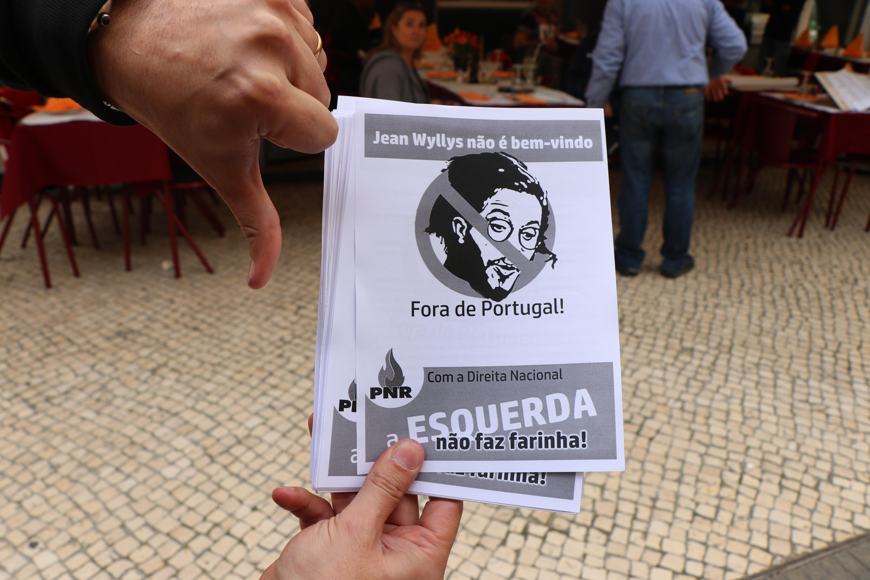 Mesmo longe do Brasil, manifestantes demonstram descontentamento com Jean Wyllys, ex-deputado federal pelo PSOL.