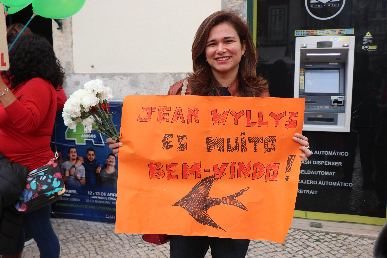 Manifestante demonstra apoio a Jean Wyllys durante evento em Lisboa.