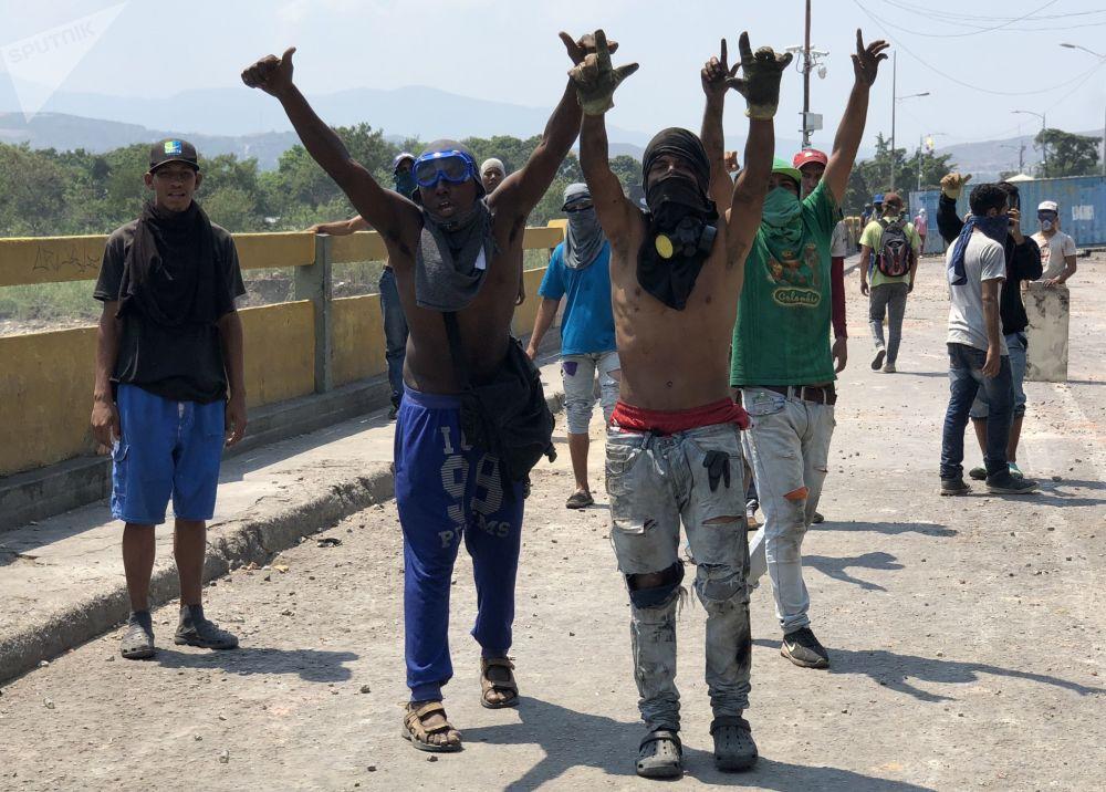 Manifestantes no lado colombiano da ponte Simón Bolívar
