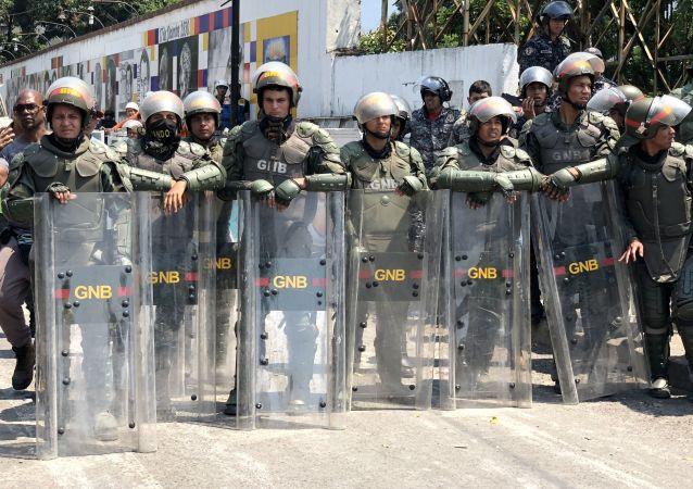Militares venezuelanos fazem cordão de isolamento na ponte Simón Bolívar