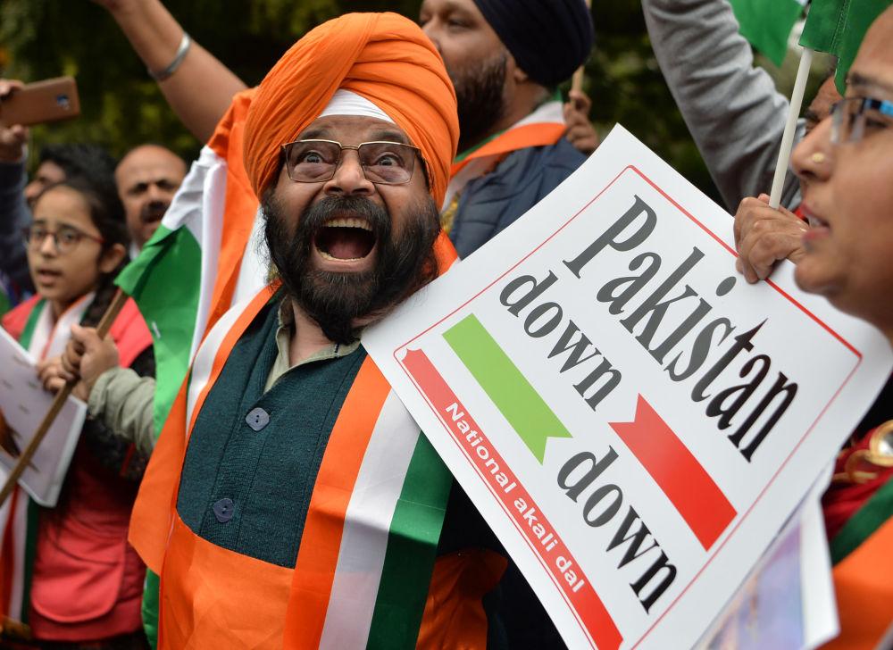 Líder do partido Akali Dal, Paramjeet Singh Pamma, segura um cartaz enquanto grita slogans antipaquistaneses durante uma manifestação em 26 de fevereiro de 2019, em Nova Deli