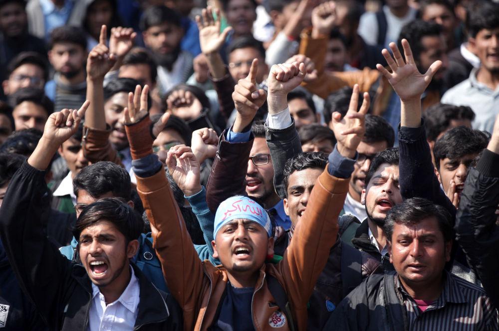 Apoiantes da organização estudantil Jamiat Talaba Islam durante um comício na cidade paquistanesa de Lahore em honra da derrubada dos aviões da Índia