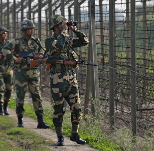 Forças de segurança indianas patrulhando área fronteiriça com o Paquistão