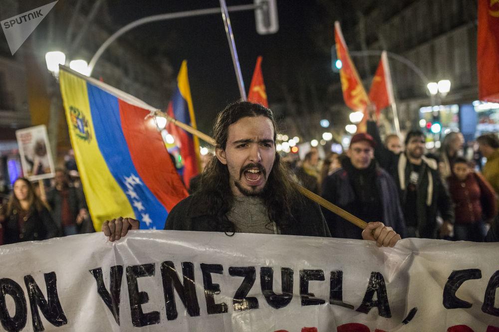 Participante da manifestação em Madri em apoio ao presidente legítimo venezuelano, Nicolás Maduro