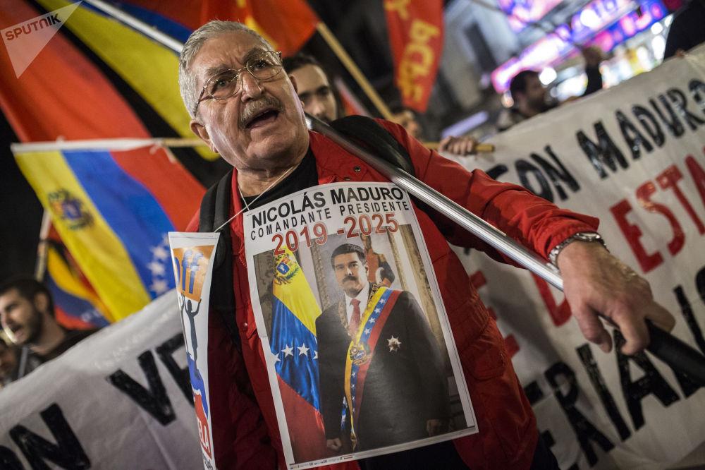 Manifestante em Madri apoiando o presidente legítimo venezuelano, Nicolás Maduro