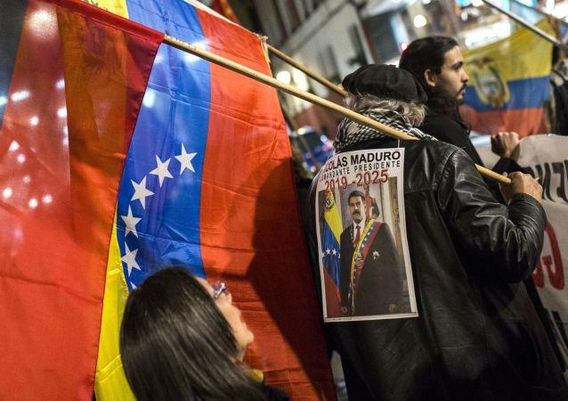 Manifestantes nas ruas de Madri apoiando o presidente legítimo da Venezuela, Nicolás Maduro