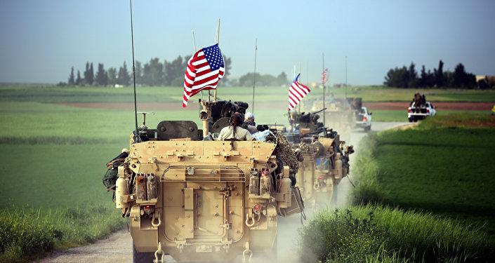Forças dos EUA acompanhadas por combatentes das Unidades de Proteção Popular (YPG), na Síria, em 18 de abril de 2017