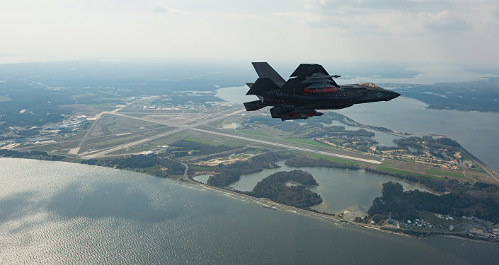 Um caça F-35C Lightning II americano durante voo