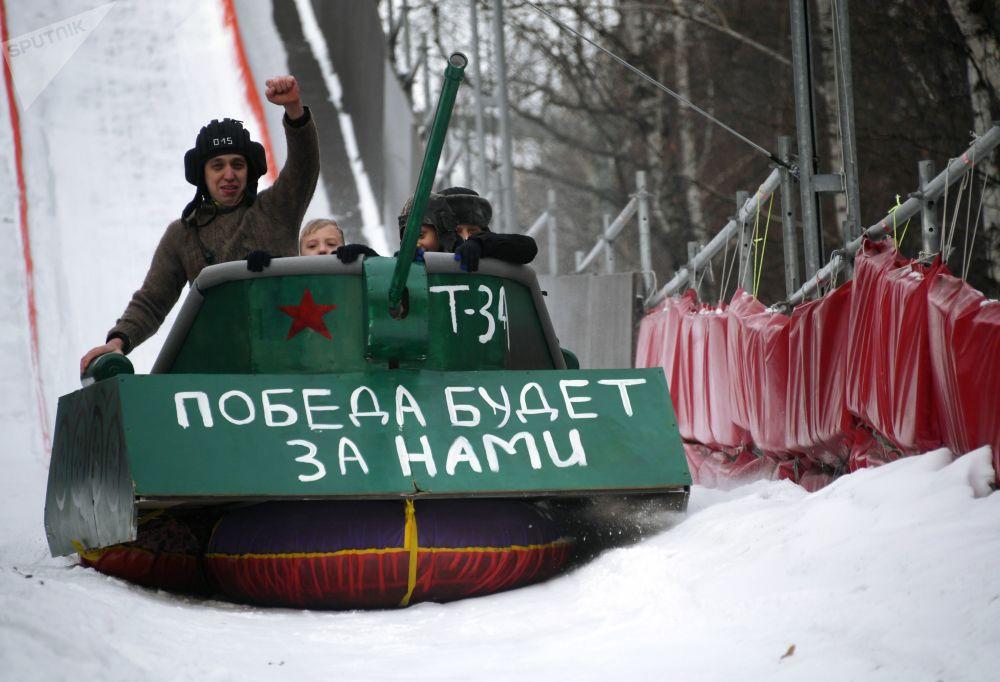 Participantes de festival de trenós incomuns em um tobogã de 200 metros no Parque Sokolniki, em Moscou, Rússia