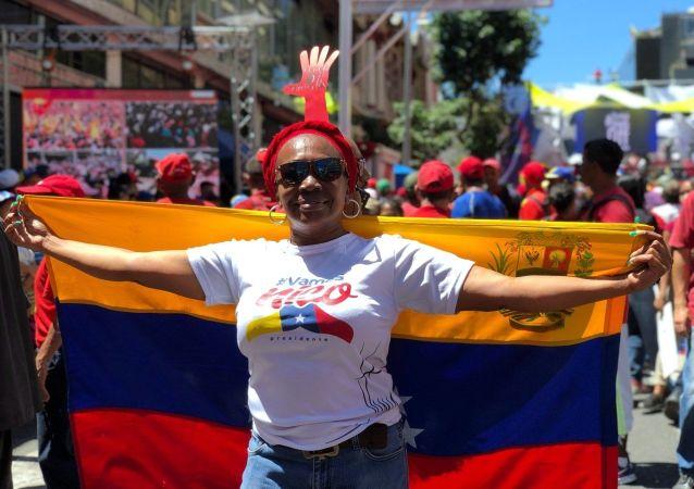 Participante de manifestação de apoio ao presidente venezuelano Nicolás Maduro em Caracas, Venezuela
