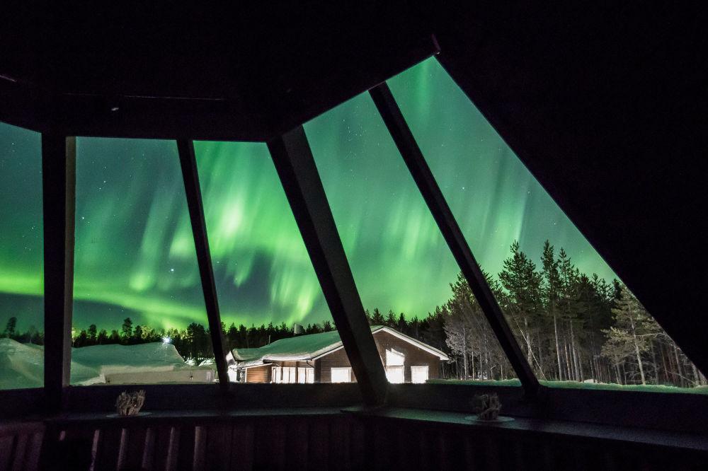 Visitantes do hotel em Rovaniemi, próximo ao Círculo Polar Ártico, observam a aurora boreal