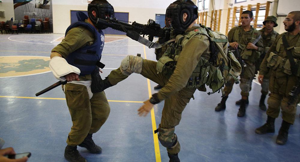 Soldados de infantaria Golani israelenses participam de um treinamento de Krav Maga, o método de combate aproximado concebido em segredo pelos militares israelenses, na base do Exército Regavim, no norte de Israel.