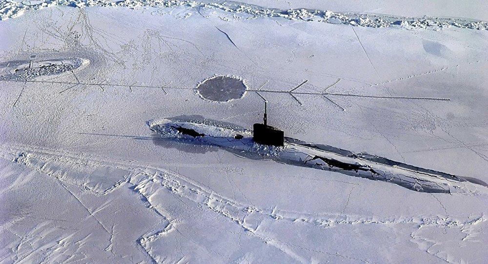 Submarino coberto por gelo (imagem ilustrativa)