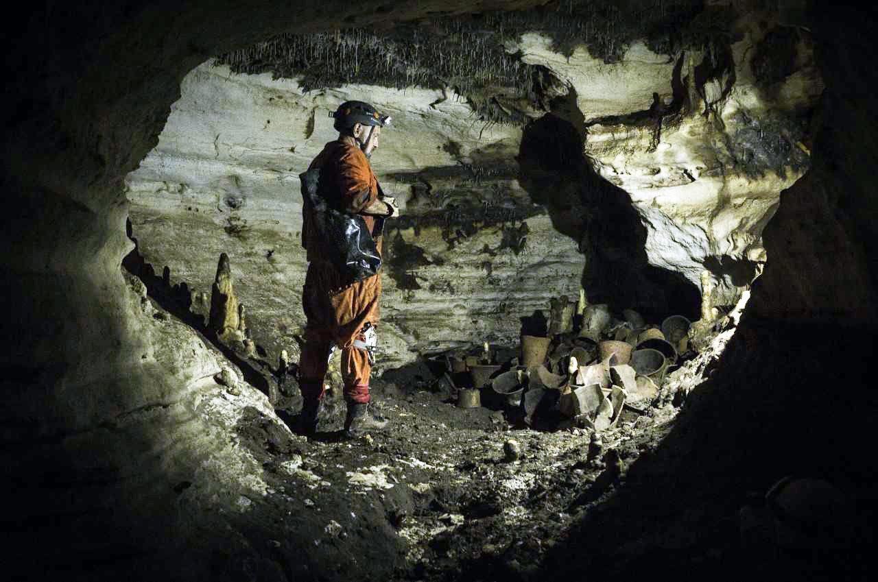 Arqueólogo Guillermo de Anda na caverna Balamkú