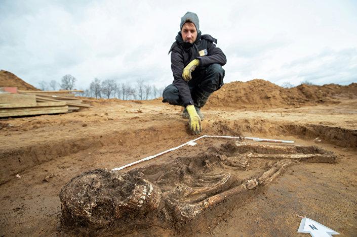 Arqueólogo Scott Tucker e o esqueleto de 6,5 mil anos em Kitzingen na Alemanha, 5 de março de 2019