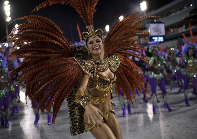 Membro da escola de samba Grande Rio se apresenta durante a primeira noite do Carnaval carioca no Sambódromo do Rio de Janeiro, Brasil, 4 de março de 2019