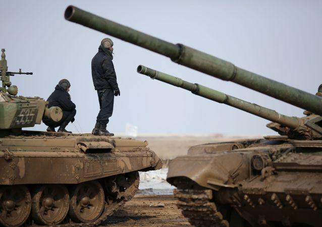 Militares russos inspecionam blindados durante competição de biatlo de tanques no polígono de Prudboi, na região russa de Volgogrado