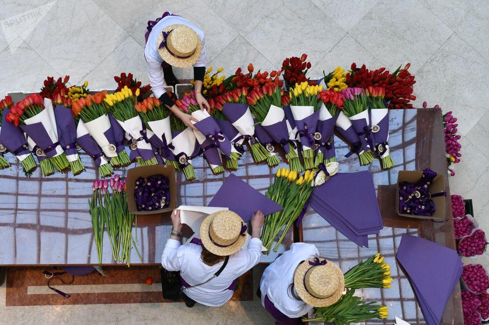 Mulheres vendendo tulipas no Bazar das Flores da Primavera em Moscou, Rússia