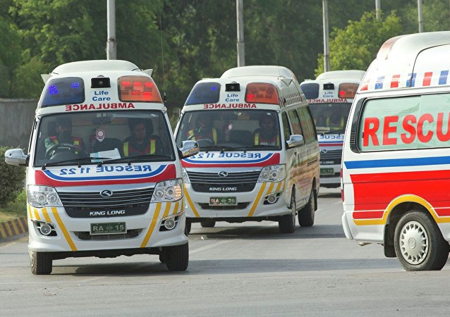 Ambulâncias carregam os corpos de turistas estrangeiros mortos por homens armados não identificados no acampamento base da montanha Nanga Parbat, 23 de junho de 2013