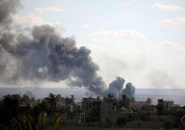Fumaça se levanta na província síria de Deir ez-Zor após ataques aéreos da coalizão internacional liderada pelos EUA