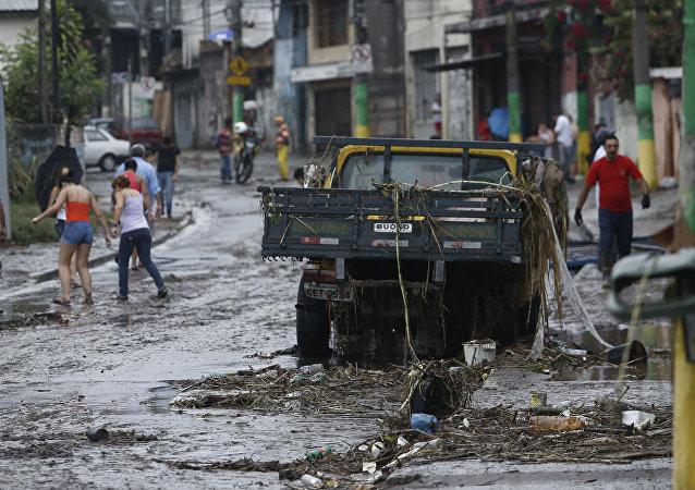 Pessoas andando por Itaquera depois de fortes chuvas, São Paulo (foto de arquivo)