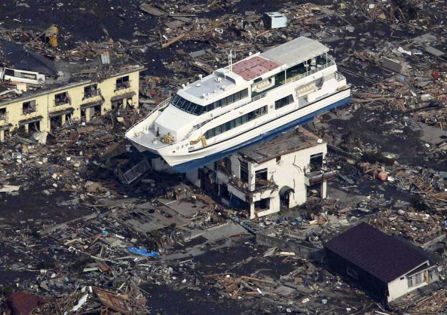Foto aérea de barco no telhado de construção após terremoto e tsunami na cidade de Otsuchi, Japão, 11 de março de 2011