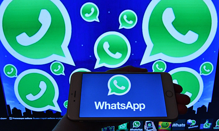 Logotipo do WhatsApp no monitor do smartphone e computador, 25 de março de 2017