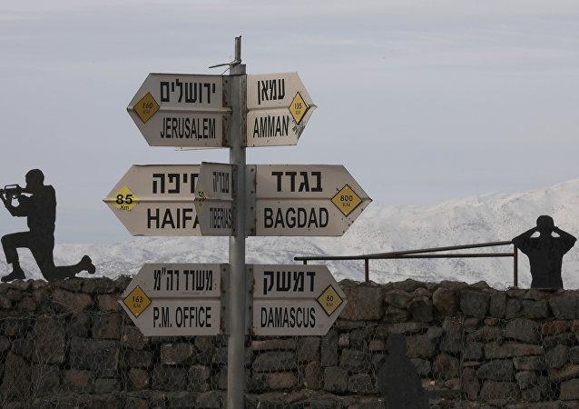 Esculturas de soldados israelenses ao lado de cartaz mostrando as respectivas distâncias até Damasco e Bagdá, nas Colinas de Golã anexadas a Israel, 20 de janeiro de 2019.