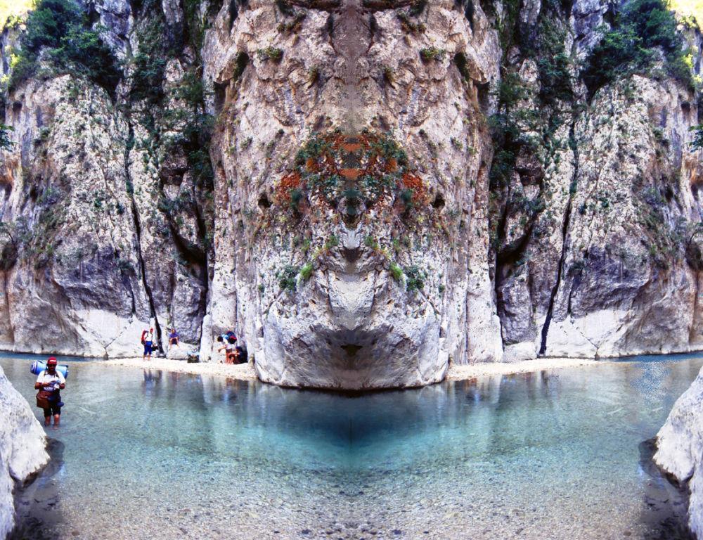 Rio Aqueronte se localiza no noroeste da Grécia. Esse rio é um tanto mitológico. Por exemplo, é descrito na Divina Comédia de Dante Alighieri como o rio que faz fronteira com o inferno na região chamada de ante-inferno