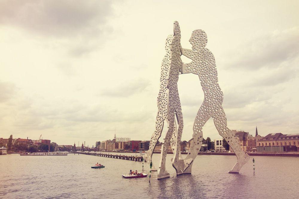 Escultura artística Homem Molécula instalada no rio Spree, no leste da Alemanha