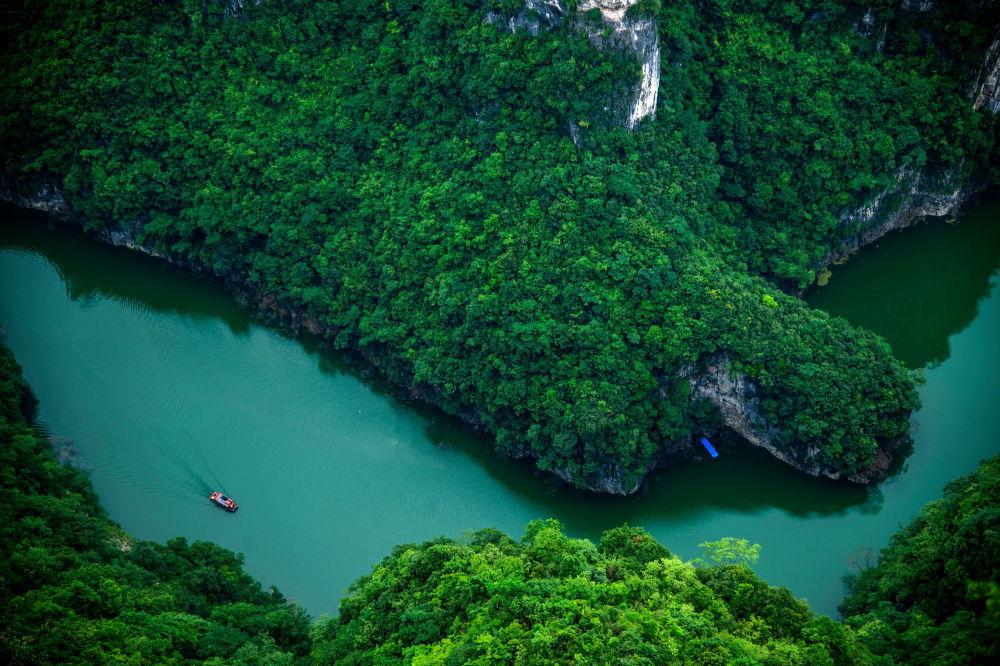 A vista aérea do rio Yangtzé – o maior rio da Ásia. Percorre 6.300 km desde sua nascente, do Tibete até o mar da China Oriental, permanecendo sempre no território da China