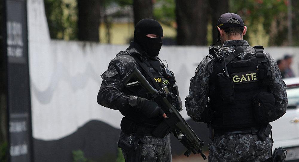 Policiais em torno da Escola Estadual Raul Brasil em Suzano