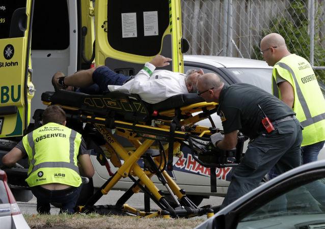 Médicos levam homem de mesquita Al Noor depois do massacre em Christchurch, em 15 de março de 2019
