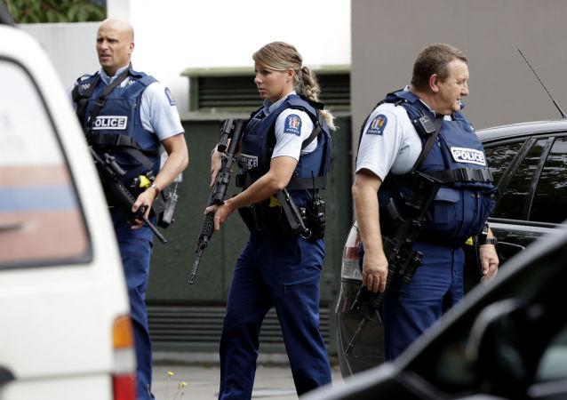 Polícia armada realiza patrulha em frente a uma mesquita no centro de Christchurch, Nova Zelândia, em 15 de março de 2019