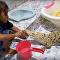 Garotinha escova dentes de crocodilo enquanto cobra espera sua vez