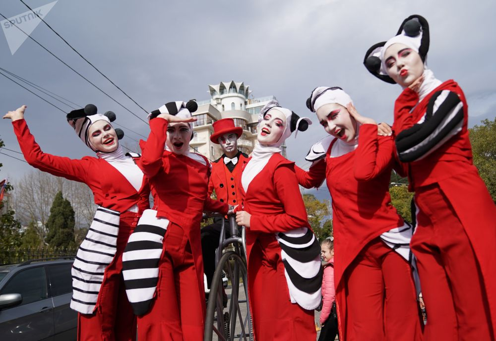 Desfile de teatros de rua em Sochi, Rússia