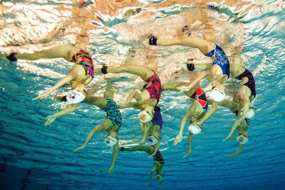 Seleção russa de nado sincronizado durante o treinamento