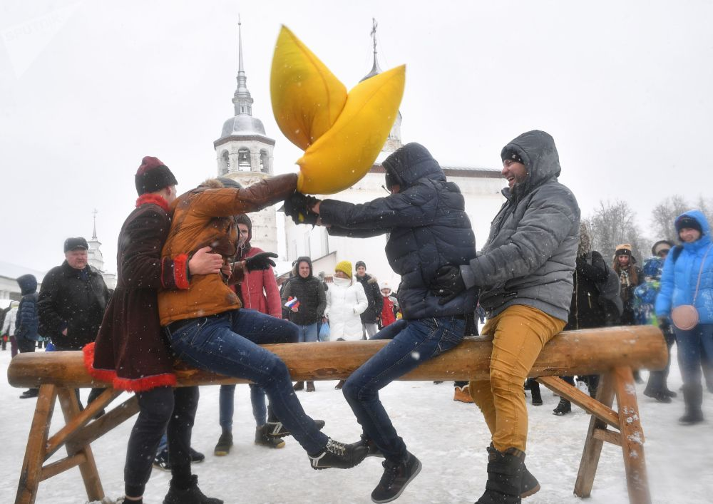 Luta com almofadas durante a Maslenitsa, uma festa do povo russo que incorpora algumas tradições que remontam a tempos pagãos, em Suzdal