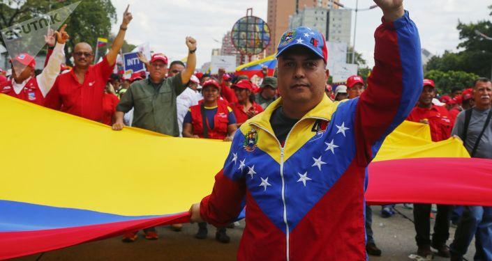 Apoiantes do presidente legítimo da Venezuela, Nicolás Maduro, se manifestam nas ruas de Caracas