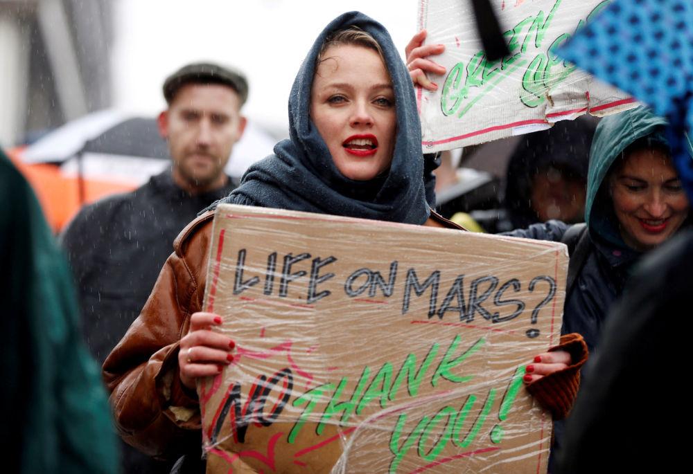Participante de protesto para tomada de medidas urgentes sobre o problema das alterações climáticas em Amsterdã